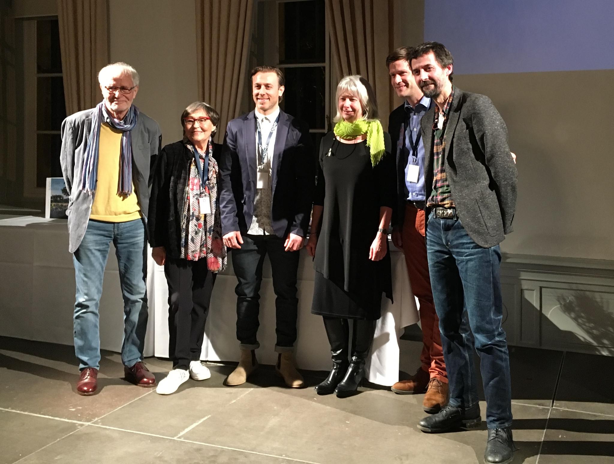 Applaus für die Preisträger Volker und Helgard Püschel und die Ausgezeichneten Simon Rügg, Brigitte Röde, Matthias Forster und James Fox (v.l.n.r.). Foto: Petra Baum