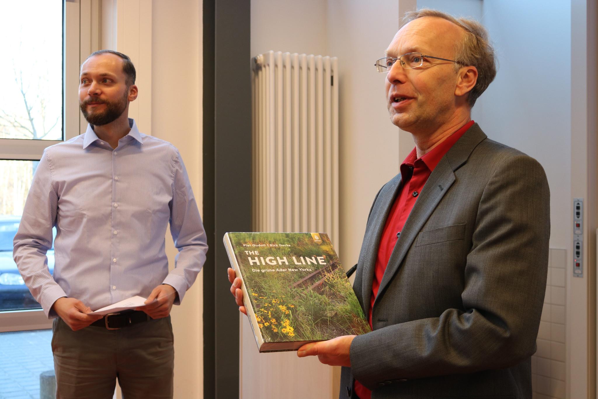 Robert Freimuth (li.) erhält von Enno Meier-Schomburg den Preis, Foto: Hochschule Neubrandenburg