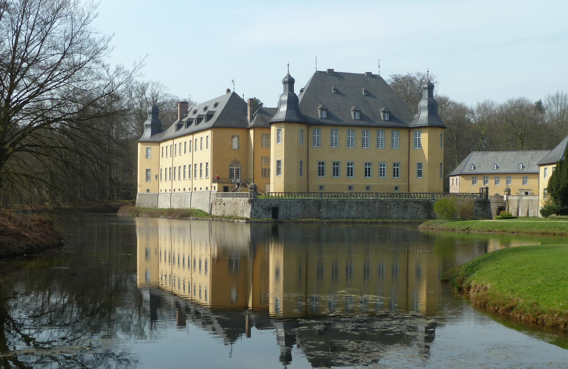 Schloss Dyck in Jüchen, Ansicht über den Schlossteich von der Barockbrücke aus, Foto: Klaus Littmann (unbearbeitet), Creative Commons-Lizenz